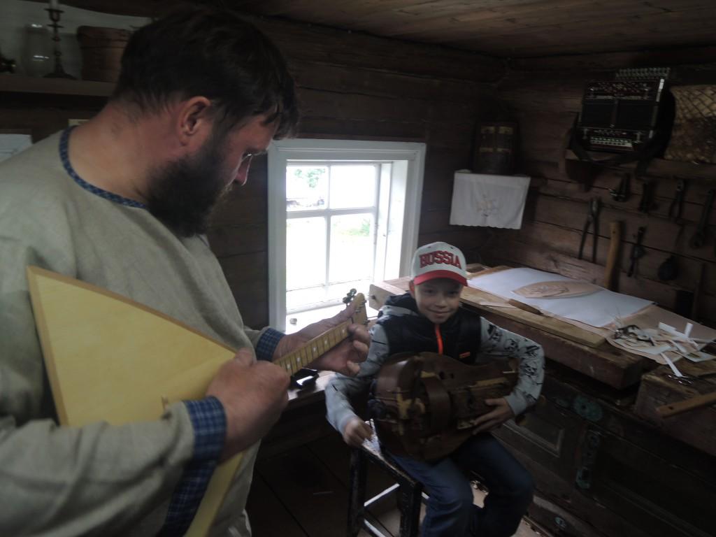 Ярик работает шарманщиком в Мандрогах.